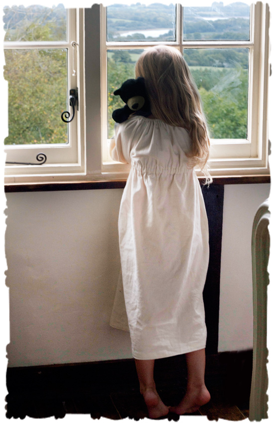 nightshirt-window-l